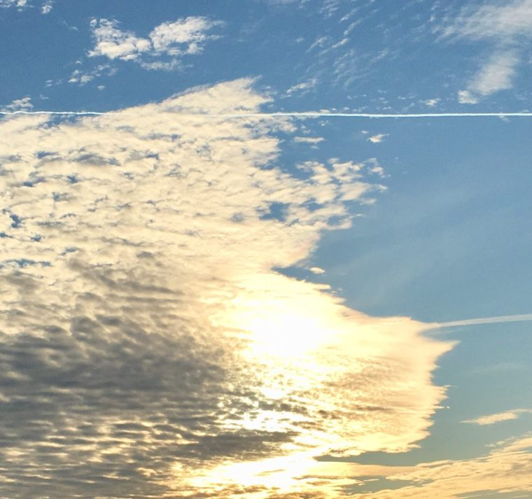 Wolkengebilde mit hindurchscheinender Sonne