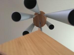 vertikaler Blick auf ein Klangspiel. man sieht die Unterseiten der Röhren und einen Teil des AnschlagHolzes.