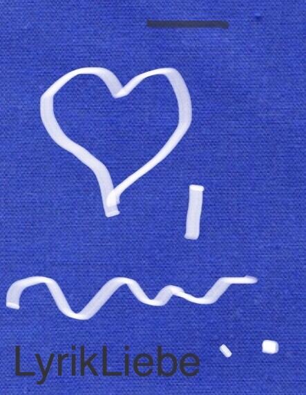 blauer Hintergrund. Darauf ein weißes Herz mittig darunter eine Wellenlinie über die Bildbreite am unteren rechten HerzRand eine kurze senkrechteweiße Linie am unteren rechten BildRand zwei weiße Punkte . auf der Basislinie eine dunkelgraueSchrift: Lyrikliebe Am oberen rechten Bildrand eine waagerechte dunkelgraue Linie.