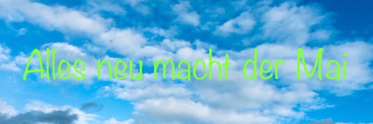 ein zartblauer Wolken Himmel darauf die Schrift: Alles neu macht der Mai in leuchtend grün.